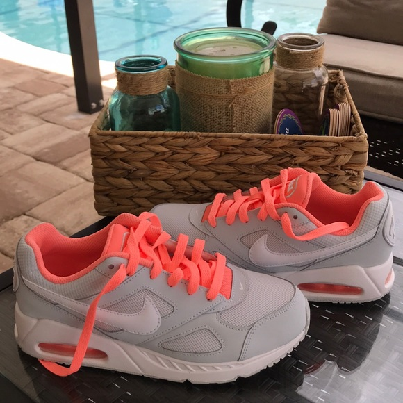 e72fb3afef2f3 Nike air max Ivo 5Y equivalent Woman 6.5